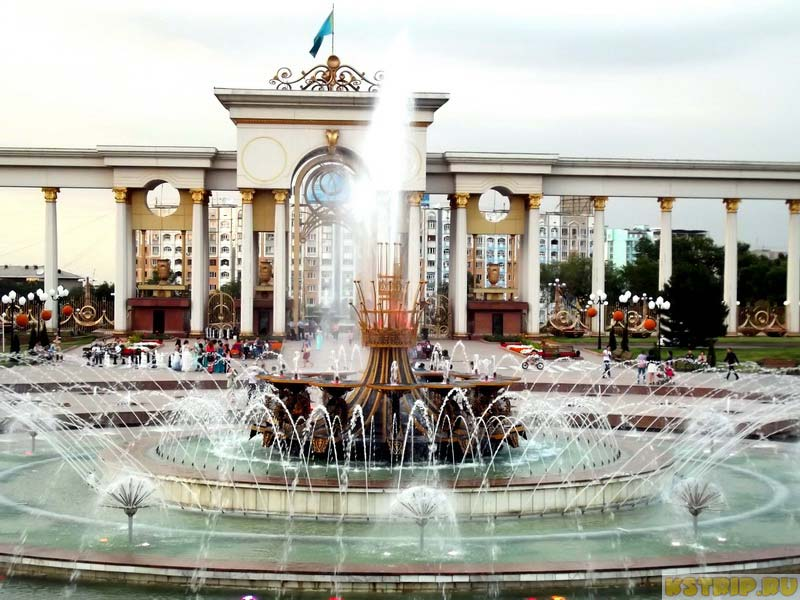 Парк Первого Президента в Алмате летом