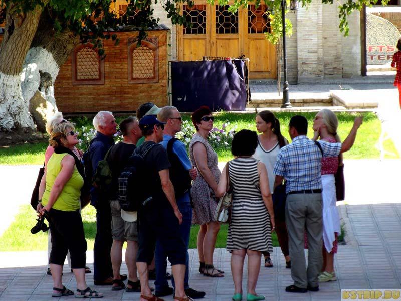 Туристы в Бухаре, узбекистан отменил визы