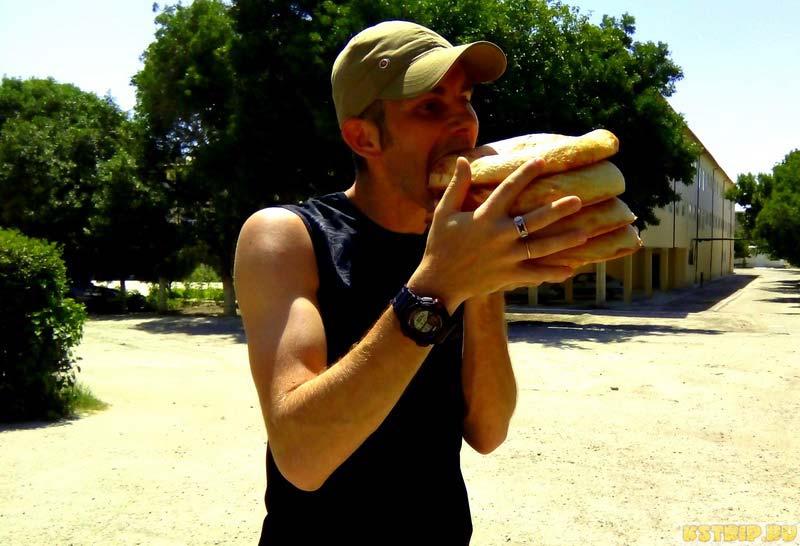 Слава ест узбекские лепёшки