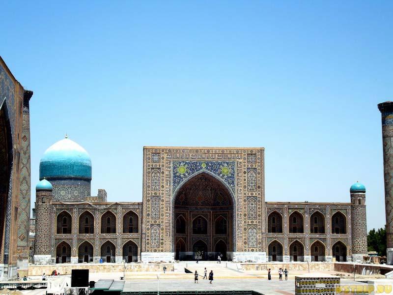 Медресе Тилля-Кари на площади Регистан в Самарканде, Узбекистан