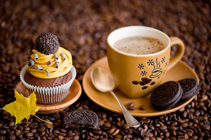 чашка кофе и пироженое