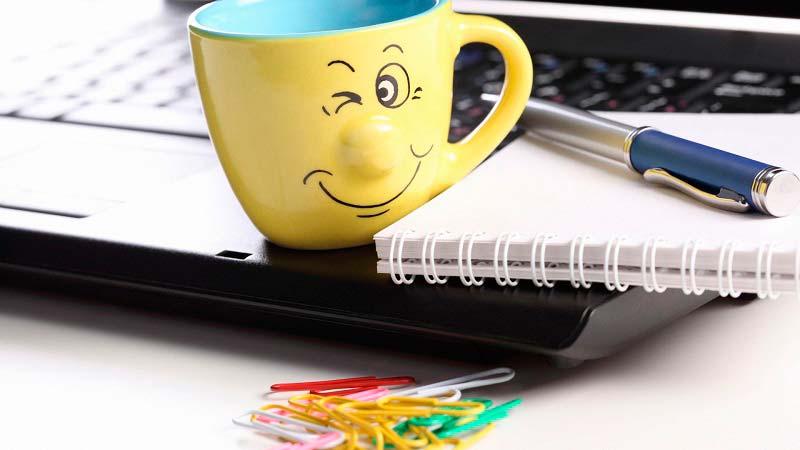 ноутбук, чашка, улыбка
