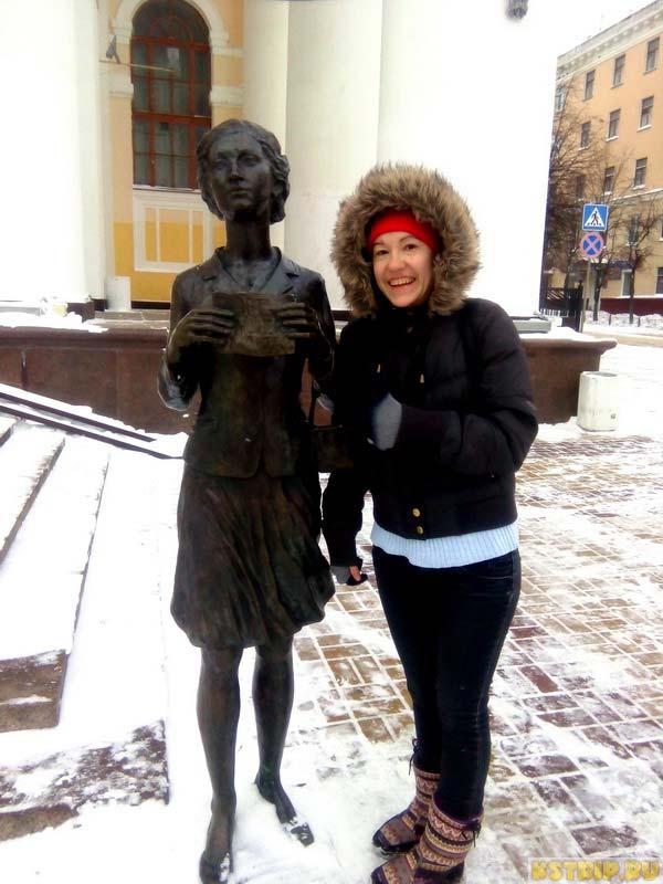 скульптура девушке, ищущей лишний билетик в театр в Калуге