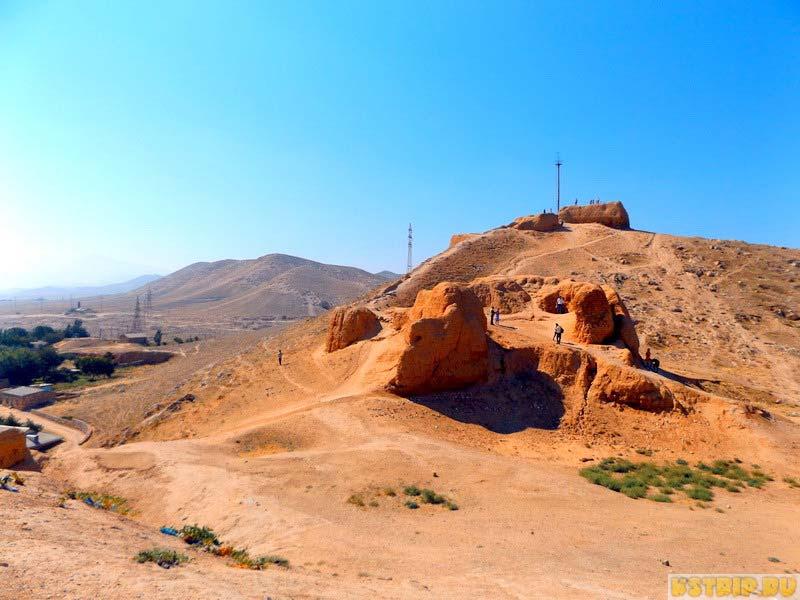 Нур – остатки дозорной крепости Александра Македонского в Нурате, Узбекистан