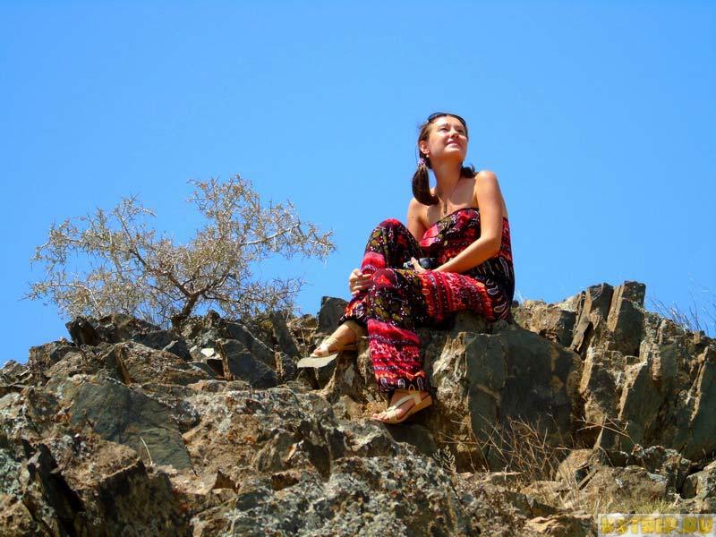 мечтающая девушка в горах