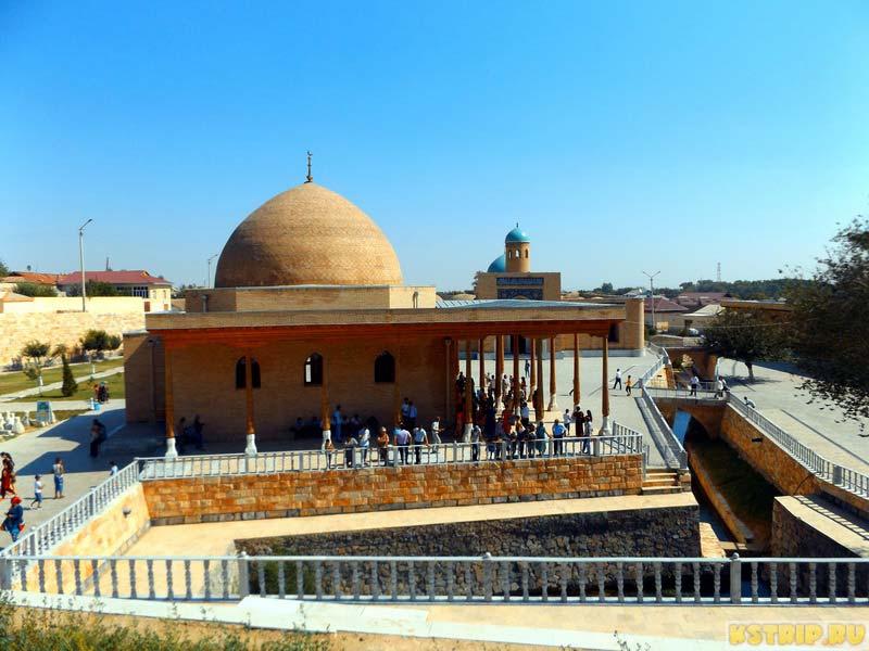 Святой источник «Чашма» в Нурате, Узбекистан