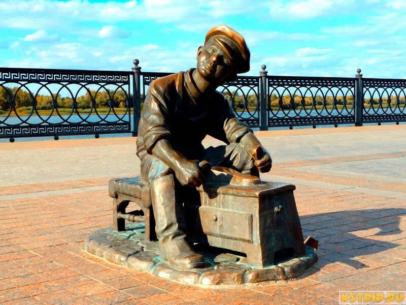 гостиницы в Астрахани, Скульптура чистильщика обуви на Набережной в Астрахани