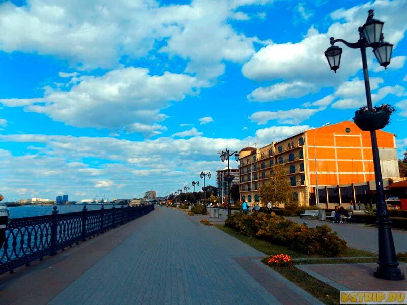 Набережная в Астрахани: Волга