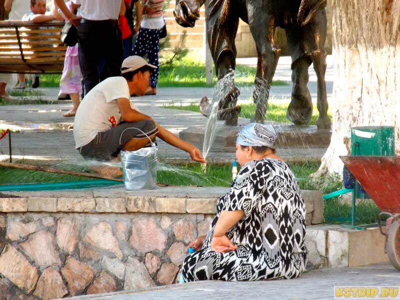 Как одеваются местные жители в Бухаре, Узбекистане