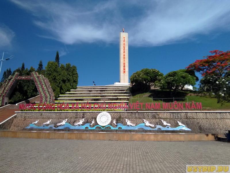 Монумент перед Лотте Мартом